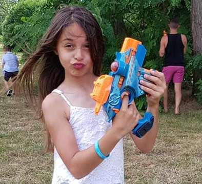 Meisje met een phoenix lasergun